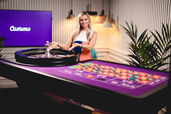 Live roulette dealer